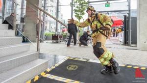 """In voller Montur: Bei der Sonderwertung """"Firefighter-Run"""" siegte Jens Lüdeke von der Berufsfeuerwehr Hamburg. (Foto: wf / Weber)"""