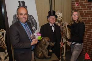 """Dr. Bernd Tenbergen vom LWL-Naturkundemuseum (li.) und Zoosprecherin Stefanie Heeke mit Gerhard Schneider als Professor Landois und seinem Affen """"Lehmann"""". (Foto: th)"""