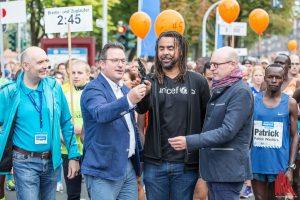 Für den Startschuss zum Münster Marathon sorgte Ex-Fußballer Patrick Owomoyela als Botschafter des Charity-Partners UNICEF. (Foto: Carsten Bender)