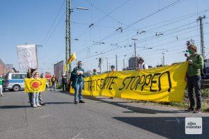 Teilnehmer der Mahnwache gegen den geplanten Atommüll-Transport am Alfred-Krupp-Weg am Güterbahnhof in Münster. (Foto: Thomas Hölscher)