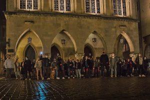 In der Nacht vor dem erneuten Lockdown nahmen über 60 Menschen an der Mahnwache vor dem Rathaus teil. (Foto: Tim Theodor)