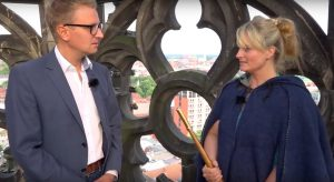 Simon Jöcker mit Türmerin Martje Saljé. (Foto: YouTube / Screenshot)