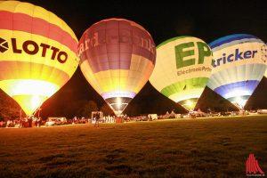 """Ein Highlight der Montgolfiade ist das """"Night-Glow"""", das traditionelle Ballonglühen. (Foto: je)"""