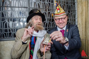 Auch Oberbürgermeister Markus Lewe gratulierte Onkel Willy zu seinem Orden. Genau dort, wo Münsters bekanntester Straßenmusiker an den Markttagen seine Lieder sang: auf der Rathaustreppe. (Foto: th)