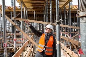DB-Projektleiterin Sonja Hempel zeigt die Fortschritte der Arbeiten. (Foto: cabe)
