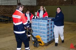 Mitarbeiter der Hilfsorganisationen in der Notunterkunft in der Turnhalle der alten Wartburgschule. (Archivbild: th)