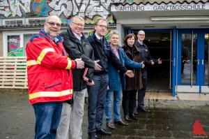 Ein herzliches Willkommen bereiten auch sie vor: Stadtrat Thomas Paal (4.v.l.), Dagmar Arnkens-Homann (Leiterin des Sozialamtes, 5.v.l.) sowie Vertreter der Hilfsorganisationen. (Foto:th)