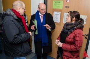 Oberbürgermeister Lewe lässt sich von Nadia Bryan-Aertken die Unterkunft zeigen. (Foto: th)