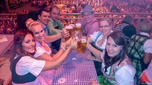 Der Freundeskreis um Amanda Kotulla (2.l.), Fabian Ebrecht (3.l.) und Phillip Reismann (4.l.) feierte ausgelassen auf dem münsterischen Oktoberfest - natürlich wie 95 Prozent der Wies'n Gäste auch in Dirndl und Tracht. (Foto: rwe)