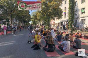 Beim Parking Day auf dem Hansaring gab es am Freitag viele alternative Ideen, die Straße für etwas anderes als den Autoverkehr zu nutzen, auch für Yoga. (Foto: Susanne Wonnay)