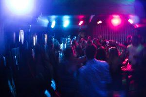 Bei einer Clubnacht haben sich mindestens 26 Personen mit dem Coronavirus infiziert. (Symbolbild: Maurício Mascaro / Pexels)
