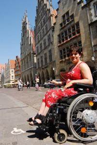 Mit dem Rollstuhl ist es in der Innenstadt an vielen Stellen nicht einfach. (Foto: Presseamt Münster / Angelika Klauser)