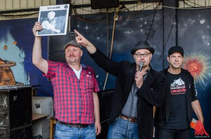 """Tim Hackemack, Auktionator """"El Bosso"""" und Ole Plogstedt bei der Plattenauktion. (Foto: th)"""