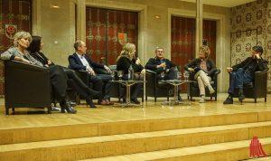 Auf dem Podium diskutieren (v.l.): Prof. Dr. Bettina Schöne-Seifert, Dr. Kerstin Bartscherer, Prof. Ralf Adams, Andrea Benstein, Dr. Johann Ach, Dr. Gaby Neumann und Roman Kolar. (Foto: Lena Marie Brinkmann)