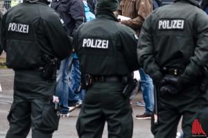 Nur mit Schlagstock und Pfefferspray konnte die Polizei die Fans trennen. Foto: (th)