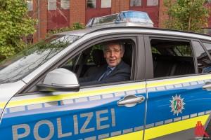 Polizeipräsident Hajo Kuhlisch am Steuer des nagelneuen 3er BMW. (Foto: ts)