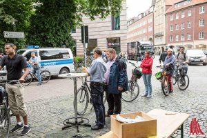 Bis zu 80 Münsteraner kommen, wenn die Polizei alle vier Wochen auf dem Harsewinkelplatz Fahrräder registriert. (Foto: cabe)