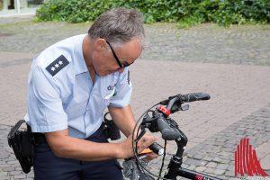 Franziskus Hospital, Polizei und Fahrrad Hürter beraten am Dienstag, wie man mit dem Rad sicher durch die dunkle Jahreszeit kommt. (Foto: cabe)