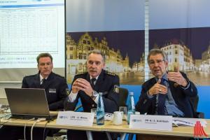 (v.l.:) Andre Weiß (Leiter der Autobahnpolizei), Udo Weiss (Leitender Polizeidirektor) und Hajo Kuhlisch (Polizeipräsident) stellen die Unfallstatistik 2015 vor. (Foto: th)