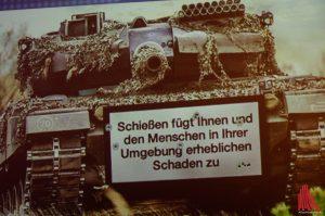 Eine der Nachrichten: Auf Kriegswaffen sollen ab sofort deutlich sichtbare Warnhinweise auf die Gefährlichkeit hinweisen. (Foto: ka)