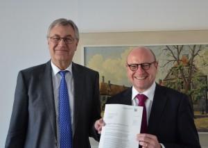 Städtische Gesamtschule Münster ist genehmigt: Regierungspräsident Prof. Dr. Reinhard Klenke (li.) und Oberbürgermeister Markus Lewe. (Foto: BR Münster)
