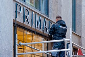 An der neuen Filiale von Primark finden die letzten Arbeiten statt. (Foto: mb)