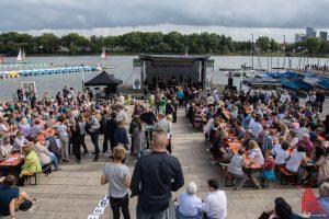 Wilsbergs Promi-Kellnern am Wochenende am Aasee. (Foto: Thomas Hölscher)