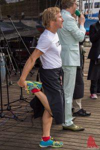 Schauspieler Roland Jankowsky macht sich für das Kellnern warm. (Foto: th)