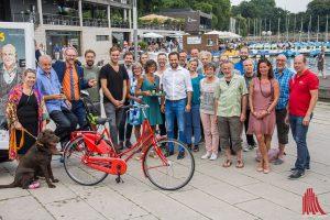 Gruppenbild mit Hauptgewinn: Leonard Lansink hat wieder zahlreiche Mitstreiter für das Promi-Kellnern an den Aaseeterrassen gewinnen können. (Foto: th)