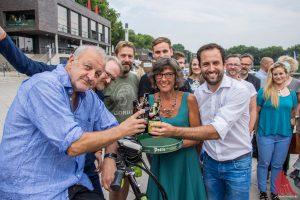 """""""Wilsberg"""" Leonard Lansink stößt mit Gudrun Bruns von der Krebsberatungsstelle und Jörg Pott von der Pott's Brauerei auf ein gutes Gelingen an. (Foto: th)"""
