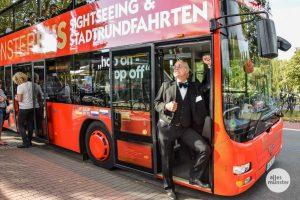 """Auch in diesem Jahr lädt Ulrich Bärenfänger wieder als eigenwilliger Reiseführer """"Vod K."""" zu den beliebten Stadtrundfahrten im roten Doppeldeckerbus ein. (Foto: Tanja Sollwedel)"""