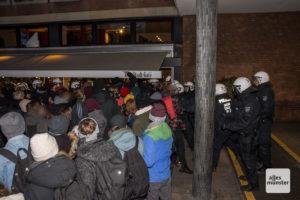 """Die Blockaden, wie hier am """"Stadt Café"""" am Zugang zum Rathausinnenhof, haben es den Gästen des Neujahrsempfangs schwer gemacht, ins Rathaus zu kommen. (Foto: Thomas Hölscher)"""