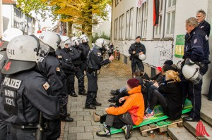 Aktivisten blockierten den Haupteingang des Gebäudes, nachdem sie eine Polizeiabsperrung durchbrochen hatten. (Foto: th)