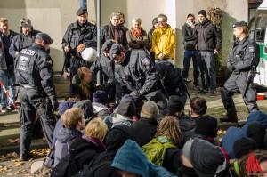 Die meisten der Aktivisten ließen sich widerstandslos wegtragen. (Foto: th)