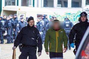 Einzeln wurden die Aktivisten vom Gelände geführt. (Foto: th)