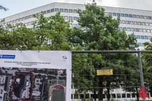 Der Rückbau des alten Verwaltungsgebäudes an der Andreas-Hofer-Straße schreitet voran. (Foto: th)