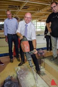Oberbürgermeister Markus Lewe (Mitte) nimmt symbolisch selber den Presslufthammer in die Hand. (Foto: th)
