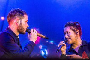 """Revolverheld-Frontmann Johannes Strate singt mit Background-Sängerin Rachel """"Spinner"""". (Foto: mh)"""