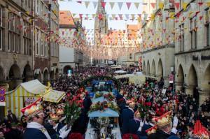 """Mit der Schlüsselübergabe und dem Rosenmontagszug erreicht das närrische Treiben in """"Münsters Guter Stube"""" seinen Höhepunkt. (Foto: th)"""