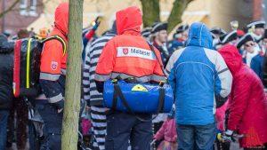 Die Helfer der Rettungsdienste mischten sich unter das feiernde Volk. (Foto: ts)