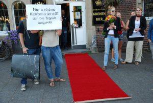 """Die Protestierenden vor dem """"Kruse Baimken"""". Dort hält die AfD regelmäßig Veranstaltungen ab. (Foto: Bündnis """"Keinen Meter"""")"""