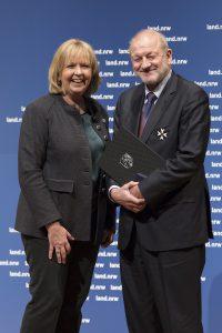 Ministerpräsidentin Hannelore Kraft zeichnet den Schauspieler Leonard Lansink mit dem NRW-Verdienstorden aus. (Foto: Land NRW / R. Sondermann)