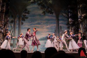 So beginnt die Geschichte von Schwanensee – Prinz Siegfried hat Geburtstag und die Fürstin organisiert einen Ball zu seinem Ehrentag. (Foto: th)