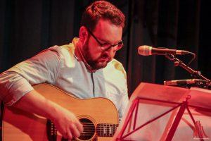 Lukas Meister begleitet mit Gitarre und singt auch selbst. (Foto: bk)