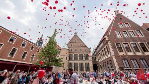 Zur Eröffnung stiegen rote Luftballons in den Himmel. (Foto: wf / Weber)