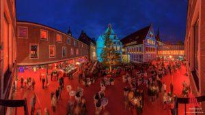 """Der Rote Platz beim """"Schauraum"""" im Innenhof des Rathauses. (Foto: wf / Weber)"""