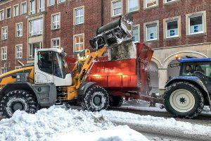 Inzwischen werden auch die Nebenstraßen in Münster von den Schneemassen geräumt. Dafür unterstützen THW, Landwirte und Lohnunternehmen die AWM. (Foto: Michael Bührke)