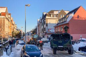 Auch die Bundeswehr ist im Einsatz und fährt die großen Schneemengen, wie hier im Kreuzviertel, ab. (Foto: Thomas Hölscher)
