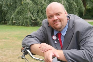 """Wird hier etwa die Pose eines anderen Kandidaten persifliert? Roland Scholle tritt für """"Die PARTEI"""" an. (Foto: Martin Schlathölter)"""