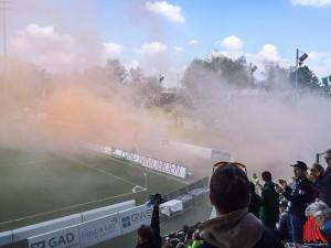 Unbekannte zündeten noch vor dem Spiel mehrere Rauchtöpfe. (Foto: Brendel)